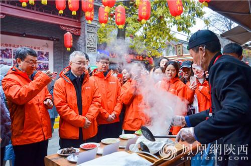 汉阴白火石汆汤的第十五代传承人现场展示白火石汆汤技艺