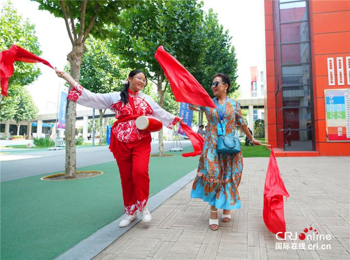 打腰鼓、学国画、舞狮子  驻华大使夫人与沣西实验学校学生亲切互动_fororder_图片20