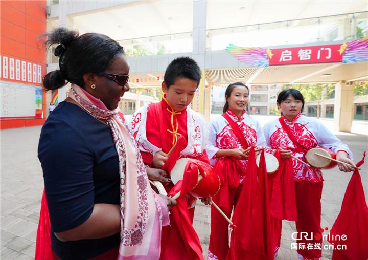 打腰鼓、学国画、舞狮子  驻华大使夫人与沣西实验学校学生亲切互动_fororder_图片21