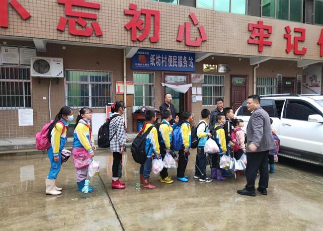 """我为群众办实事 宝鸡凤翔村支书当起了孩子们的""""专属司机"""""""