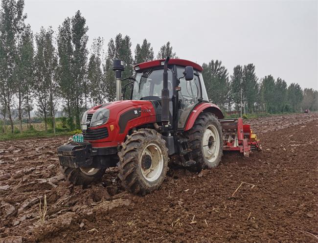 岐山县泰凤农业专业合作今秋抢晴天战雨天播种小麦200余亩